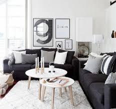 zwei schwarze sofas ein weißer teppich wohnzimmer weiß grau