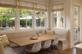 schöner essbereich mit sitzbank und stoffschalosien in beige