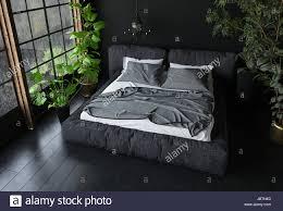 kingsize bett in dunklen farben im schlafzimmer mit