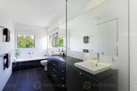 ein sauberes modernes badezimmer mit dunklen fliesen und