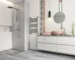 weißes badezimmer mit einem hauch grau und puderrosa