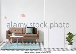 einfache wohnzimmer interieur mit rosa und grau kissen beige