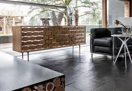 sideboard aus holz mit bienen dekoration für wohnzimmer
