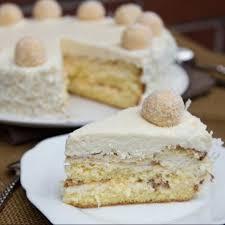 sahnige raffaello torte mit gehackten mandeln eiswaffeln und zarten kokosflocken 4 6 5