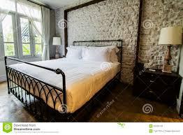 großes englisch ähnliches landschaft schlafzimmer stockfoto