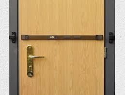 barre securite porte entree pourquoi changer la porte si une barre de sûreté peut suffire