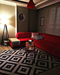 wohnzimmer rot schwarz und weiß ikea teppich ecksofa
