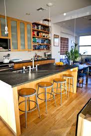 plateau bar cuisine meuble central dans la cuisine avec le plateau qui dépasse pour