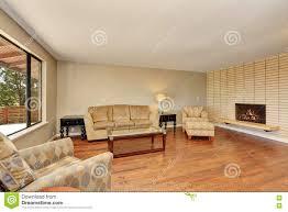 einfaches und gemütliches wohnzimmer mit backsteinmauer und