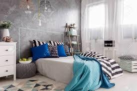 einem eleganten schlafzimmer interieur mit modernen bücherregal neben dem bett stehen