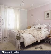 ein detail einer pastellfarbenen land schlafzimmer mit einem