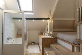 faire une salle de bain dans une chambre combles aménagés une chambre avec salle de bains côté maison