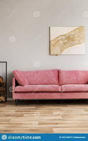 abstrakte pastellmalerei auf beige wand hinter rosa sofa des