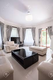 modern gestaltete schwarz weiß wohnzimmer