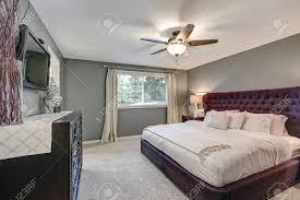 master schlafzimmer suite mit wunderschönen size polster bett akzent mit bordeaux getuftet kopfteil nachttischen mit glas len und