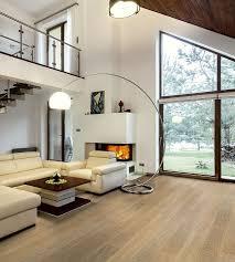 ein gemütliches wohnzimmer mit echtholzboden parkett als