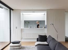 kitchen haus wohnzimmer holzvertäfelung wand weiße holzmöbel