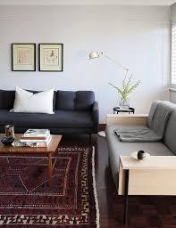 zwei verschiedene sofas beistelltisch bild kaufen