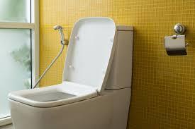 weiß toilette mit wasserspülung und gelbe wand mosaik