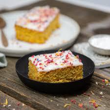 karotten nuss kuchen mit zitronenglasur und bunten blüten