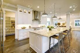 weiße küche design features große bar stil küche insel mit granit arbeitsplatte modernen pendelleuchten beleuchtet offene tür führen zu