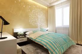 wandgestaltung im schlafzimmer goldene wandfarbe und baum