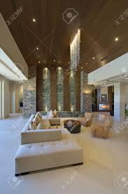 wohnzimmer interieur mit modernen leuchten und möbel