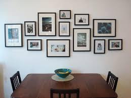 fotowand mit schwarzen bilderrahmen im esszimmer