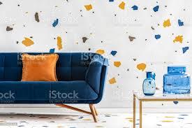 orange kissen auf blaue in bunte wohnzimmer interieur mit tisch und tapeten echtes foto stockfoto und mehr bilder blau
