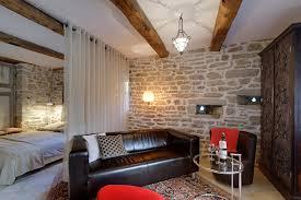 ledersofa vor naturstein wand wohnzimmer naturstei