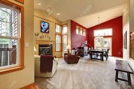moderne großes offenes wohnzimmer mit roten wand und kamin