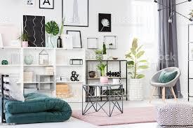 grün und rosa wohnzimmer stockfoto und mehr bilder beige