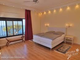 ferienhaus mit privatpool möblierter terrasse und meerblick