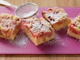rhabarberkuchen mit nussstreuseln