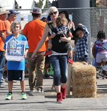 Shawns Pumpkin Patch Los Angeles Ca by Kingston Rossdale And Zuma Rossdale Photos Photos Gwen Stefani
