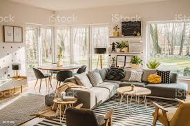 aus holz runder tisch in der ecke eines offenen raum wohnzimmer innen mit nordischen möbeln und dekor stockfoto und mehr bilder behaglich