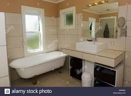 luxus badezimmer mit spiegel waschbecken und klassisches