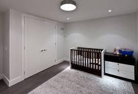 s baby schlafzimmer mit kommode und bär pastellfarben