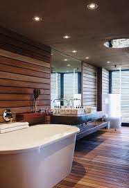 badewanne und waschbecken im modernen badezimmer holz