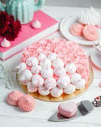 kuchen mit sahne und baiser dekoriert kostenlose foto