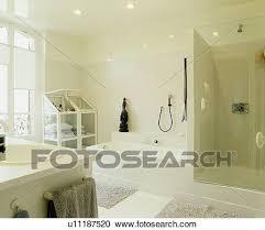 weiß reihenhaus badezimmer mit glas dusche kabinett