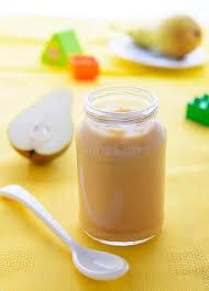 purée de poire dans le pot pour la nutrition de bébé photo stock