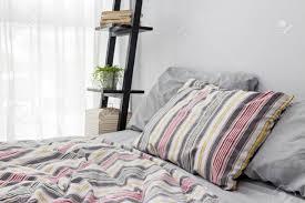 plante verte dans une chambre à coucher les livres et plante verte sur une décoration d une chambre à