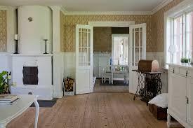 klassisches wohnzimmer mit kachelofen bild kaufen