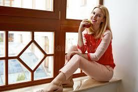siege pomme de beau siège blond de femme près de pomme de vert de sourire de