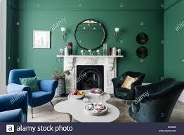 grün und blau getönten wohnzimmer stockfotografie alamy