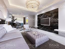 eingebauten tv an der wand im luxuriösen wohnzimmer schwarz marmorwand mit tv und weißen regalen moderne wohnzimmer im modernen stil stockfoto und