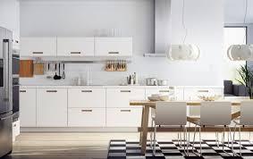 cuisine blanche et plan de travail bois cuisine blanc laque et gris
