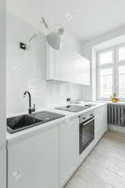 weiße küche mit spüle arbeitsplatte einfachen schränken und fenster
