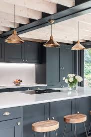 barhocker am tresen in moderner küche bild kaufen